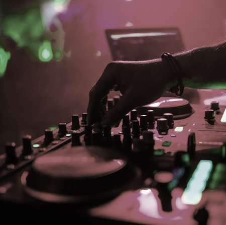 Vaghti Yeki Dooset Dare Music fa.com دانلود آهنگ وقتی یکی دوست داره پاشو تو دنیات بزاره